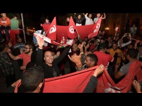 احتفالات في العاصمة التونسية ومدن أخرى إثر إعلان فوز قيس سعيّد برئاسة البلاد  - نشر قبل 2 ساعة