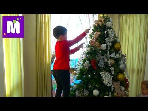 Макс наряжает Новогоднюю ёлочку, декорируем дом