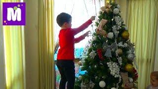 Макс наряжает Новогоднюю ёлочку игрушками и декорируем дом Decorating New Year Tree