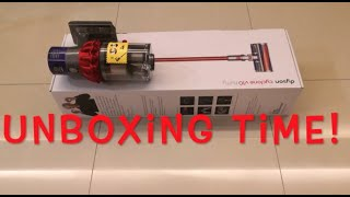 Dyson V10 Cyclone Vacuum Unbox…