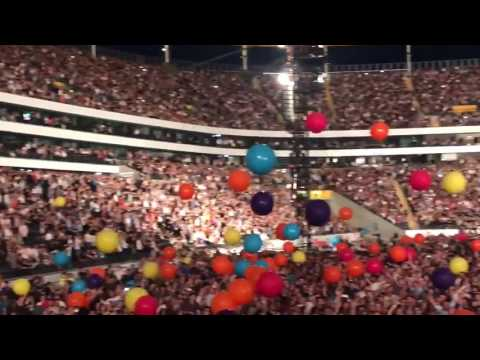 Coldplay crowd starts singing Don't Look Back In Anger by Oasis (Frankfurt, June 30)
