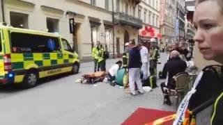 В Стокгольме грузовик на большой скорости въехал в гуляющих людей