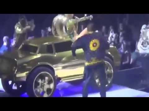 MILEY CYRUS FINGERING HERSELF ON STAGE   ORIGINAL VIDEO   Vancouver, Canada