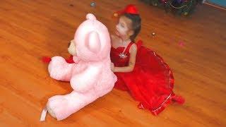 Маша и Аня играют с мягкими игрушками