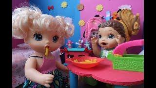 BABY ALIVE QUE COME MACARRÃO DE MASSINHA DE MODELAR-NOVA IRMÃ??? BABY ALIVE AMANDINHA.