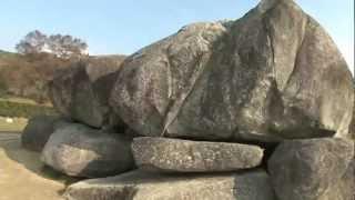 蘇我馬子の墓と伝えられる石舞台は、石の総重量推定140トンの巨大な古墳...