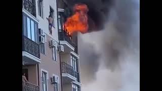 Житель Анапы спасается от пожара, стоя на карнизе  4 этажа здания