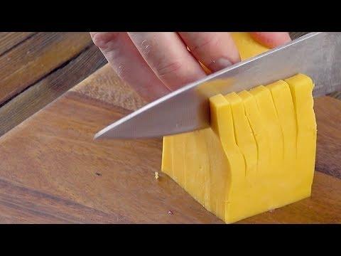 prenez-un-couteau-et-coupez-le-cube-jaune-exactement-comme-ça.-c'est-hyper-bon-!