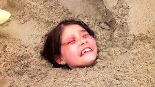 11 летний мальчик нашел маленькую девочку почти утонувшую в песке, вот что с ней случилось