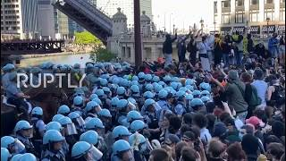 USA: Protesters attack police van as crowd gathers near Chicago's Trump Tower