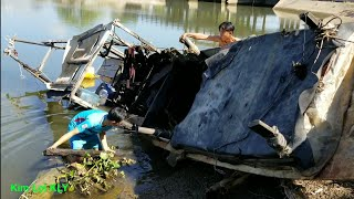 2 Thanh niên kéo tàu bị chìm lên bờ quá liều lĩnh.