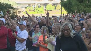 Hundreds gather at Porтland waterfront to see controversial worship leader