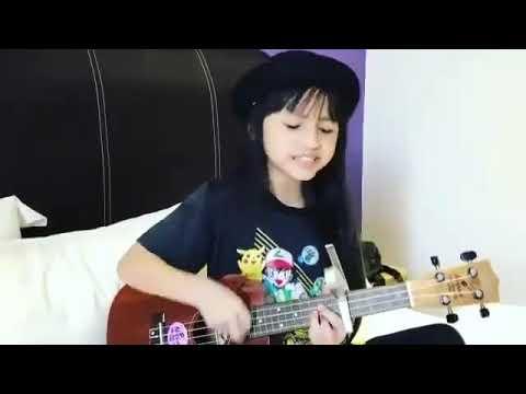 Wow keren! Anak kecil ini nyanyi lagu (aku belum mandi)