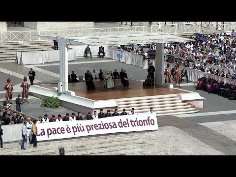 """Youth from Korea offer taekwondo """"performance"""" for peace before the pope"""