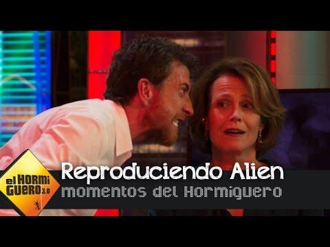 Pablo Motos recrea la mítica escena de 'Alien' junto a Sigourney Weaver - El Hormiguero 3.0