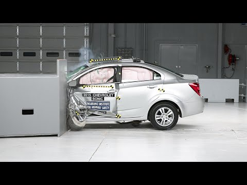 2015 Chevrolet Sonic driver-side small overlap IIHS crash test