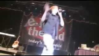 Le pegan a Justin Bieber con una botella de agua en un concierto!  HD 360p