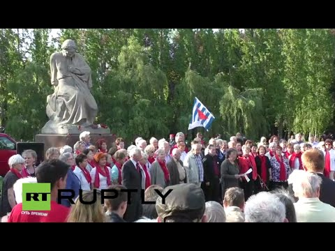 LIVE: German Antifascists gather at Soviet memorial ahead of V-Day