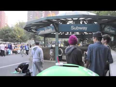 Deux jeunes musulmans américains prient en public ! (Sous-titré en français)