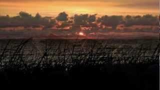 На небе только и разговоров что о море и о закате ...