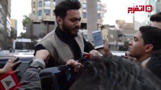 """الجمهور يطارد تامر حسني أمام مركز الدم بسبب الـ""""سيلفي"""" (فيديو)"""
