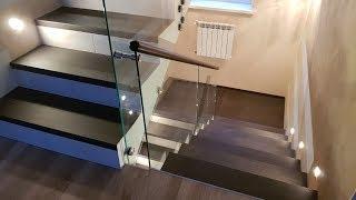 видео Деревянные лестницы со стеклянным ограждением: установка заграждения из стекла