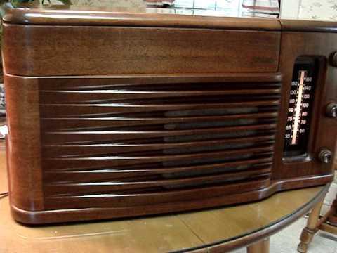 Philco 1940s Model 46 1203 Art Deco Styled Radio Record Player