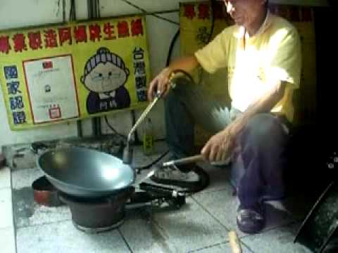 【阿媽牌生鐵鍋】尺3.5黑把附耳五星級開鍋~天然不沾鍋! - YouTube