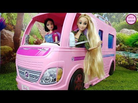 Rapunzel y Blancanieves en la Caravana de Barbie con los príncipes Disney