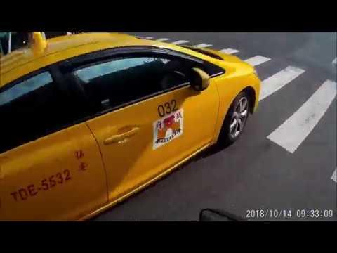 小黃與違停汽車的特級機車包圍網