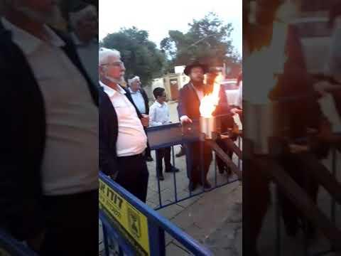 """צפו: הדלקת נר ראשון של חנוכה בכניסה לציון הרשב""""י"""