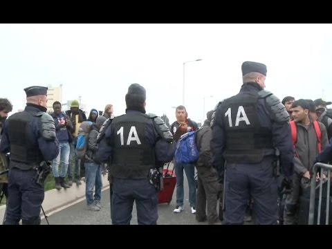 Refugees in Calais of France Continue Lining up for Official Asylum Application