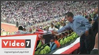 مسئولو نادى الزمالك يوزعون أعلام مصر على الجماهير  بمدرجات برج العرب