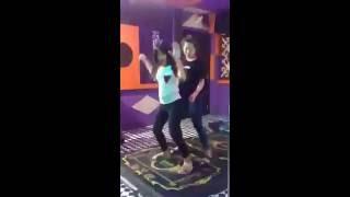 2 em gái tập bay rất dẻo trong quán Karaoke