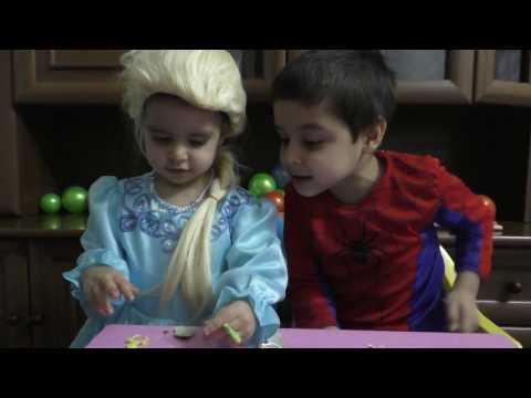 Эльза и Человек паук открываем киндер сюрприз Elsa and Spider-Man opening Kinder Surprise