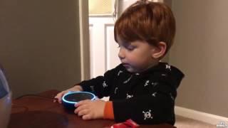 Un enfant fait une demande à Alexa Amazon