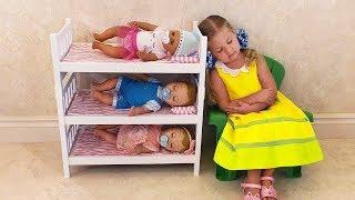 Diana y Roma juegan con muñecas