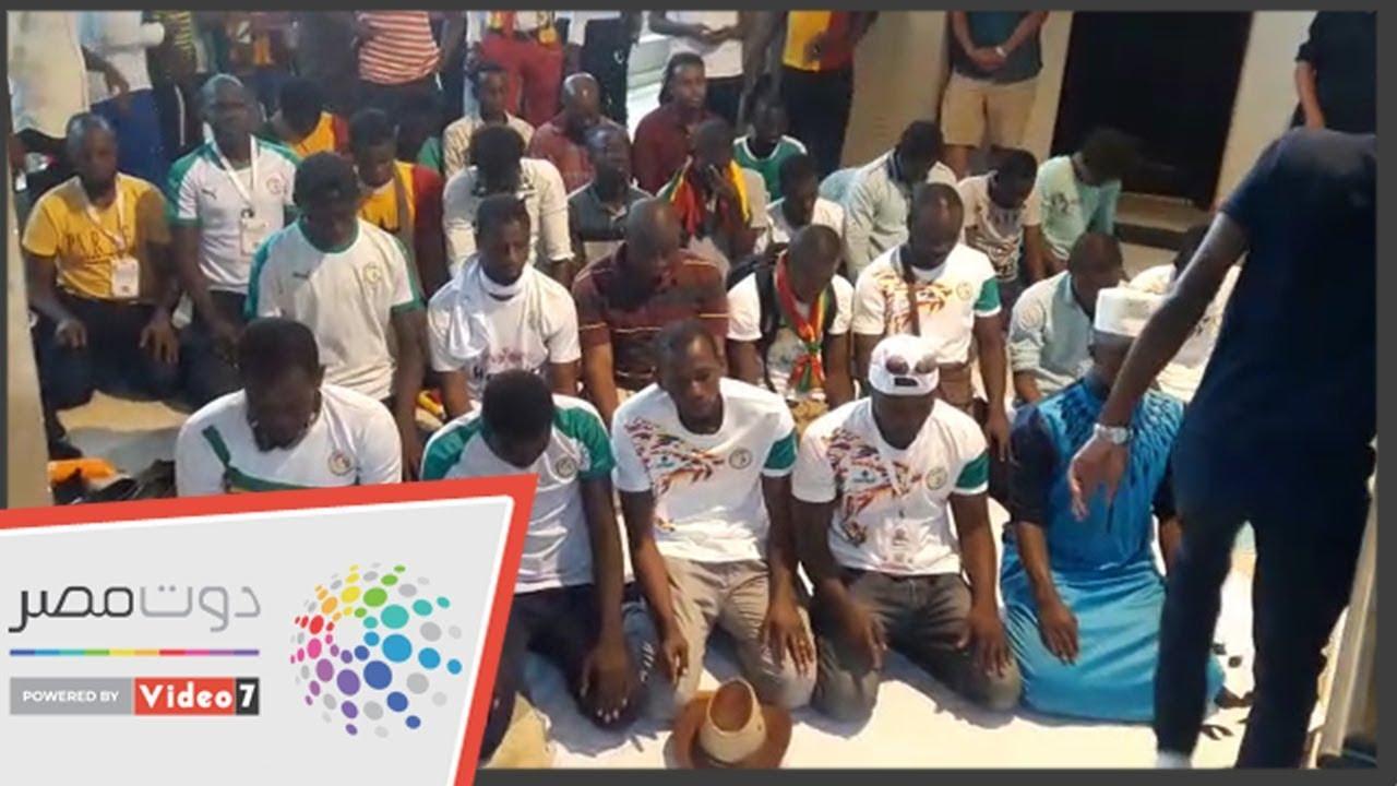 اليوم السابع :جماهير السنغال تؤدى صلاة المغرب عقب انتهاء الشوط الأول أمام تونس