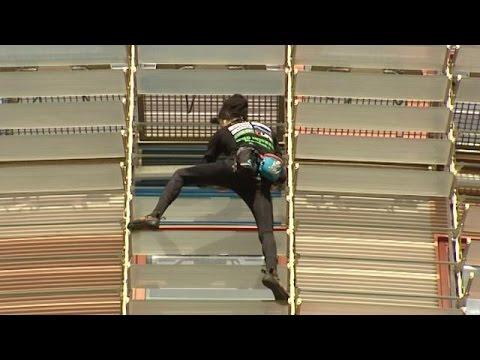 """El """"hombre araña"""" son su agilidad trepadora escala la torre Agbar de Barcelona"""