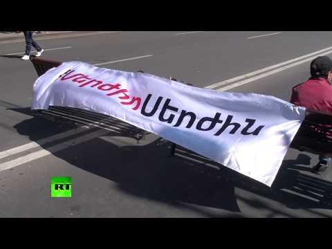 В Ереване прошли массовые протесты против бывшего президента Армении