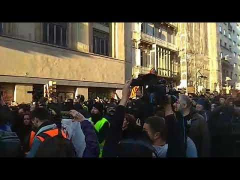Tensión en Barcelona: independentistas protestan frente al presidente Sánchez