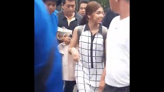 MAINE OFF-CAM APPROACHING BEAUTY IN FRONT OF US @LizJavier Ctto