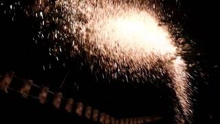 フィナーレを飾る、天から舞い落ちる大量の火の粉。 http://yama-gawa.c...