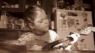 Дочка учится играть на домре 1