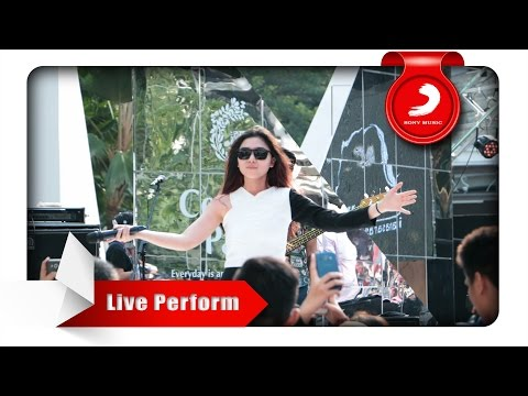 Isyana Sarasvati - Tetap Dalam Jiwa [Live Perform At Central Park]