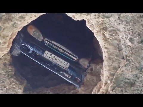 Машина упала в яму Крым...