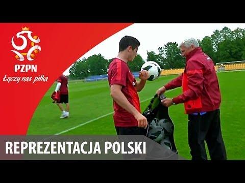 Lewy i Szczęsny zbierają piłki po treningu/Lewy and Szczęsny picking up the balls after practice