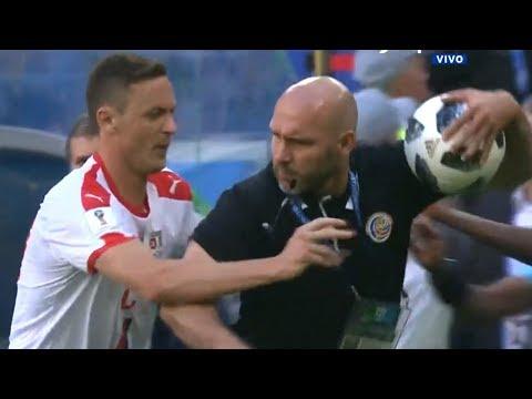 ¡VIOLENCIA EN SERBIA-COSTA RICA! - Un técnico agarra la pelota y se pelea con un jugador -Rusia 2018