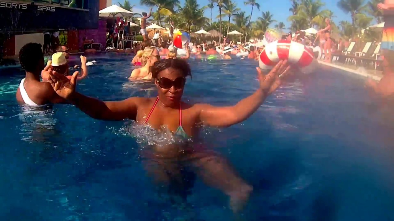 punta-cana-topless-video-hooters-waitresses-going-nude