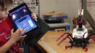 Робот-скорпион из конструктора Lego 31313 (EV3). Павлуша показывает свой пульт управления роботом.